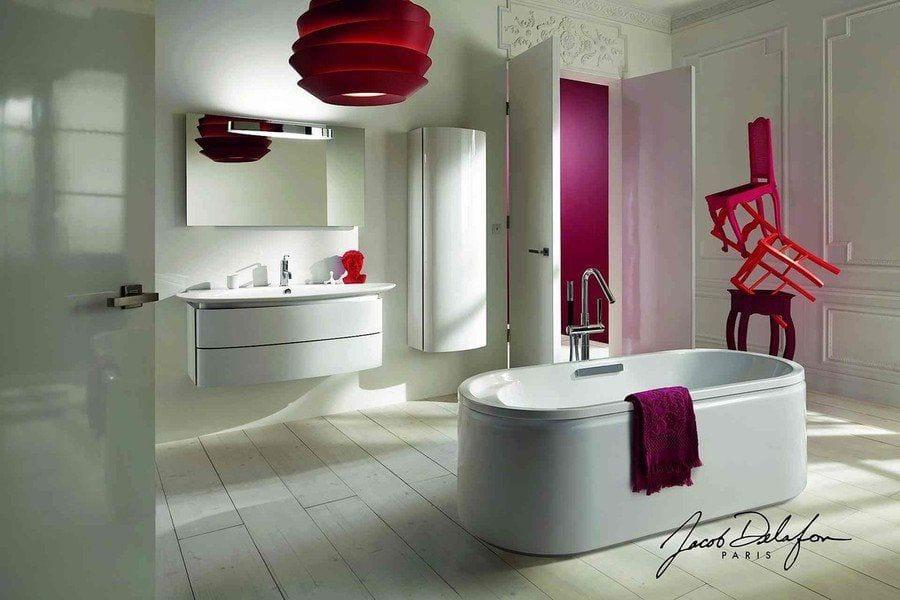 baño de color blanco con lavabo y bañera en el centro, detalles de color morado