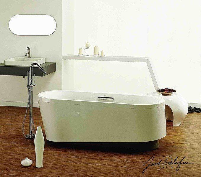 bañera blanca diseño casi cilindrica situada en mitad del baño