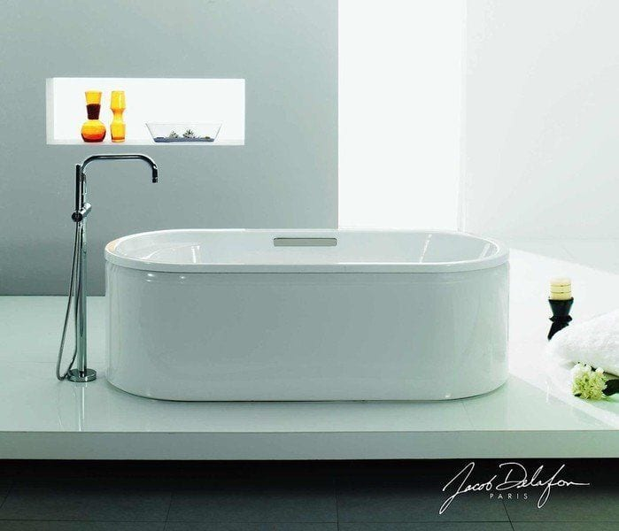 bañera blanca cilindrica situada en mitad del baño