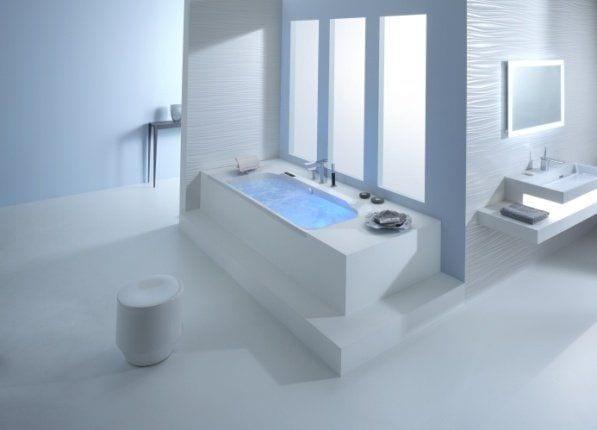 baño de color blanco de lineas rectas con bañera cuadrada