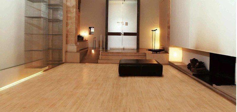 suelo de gres color madera pino claro en salon con estilo moderno