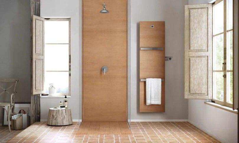 baño con suelo ceramico de color madera claro con plato y ducha del mismo color