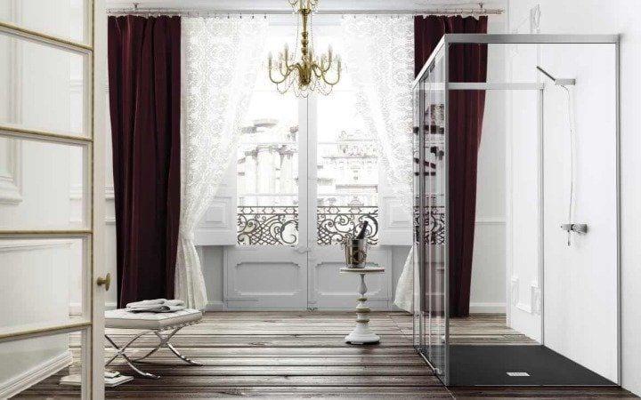 baño marron y bllanco con plato de ducha y mampara de cristal transparente