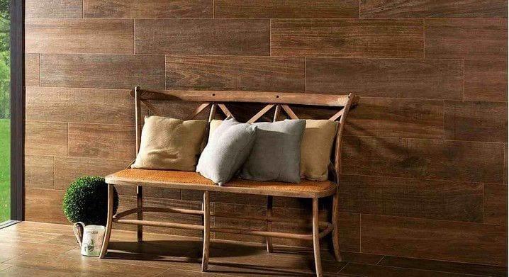 pared con porcelanico imitacion madera de color roble oscuro