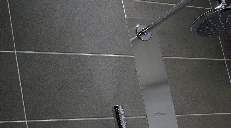 pared de cuarto de baño de color gris oscuro con ducha