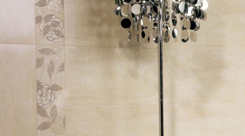 azulejos con decoracion de flores y lampara de pie fabricada en acero