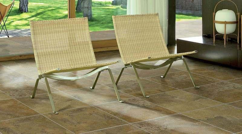 dos sillas de mimbre sobre suelo oscuro imitación madera
