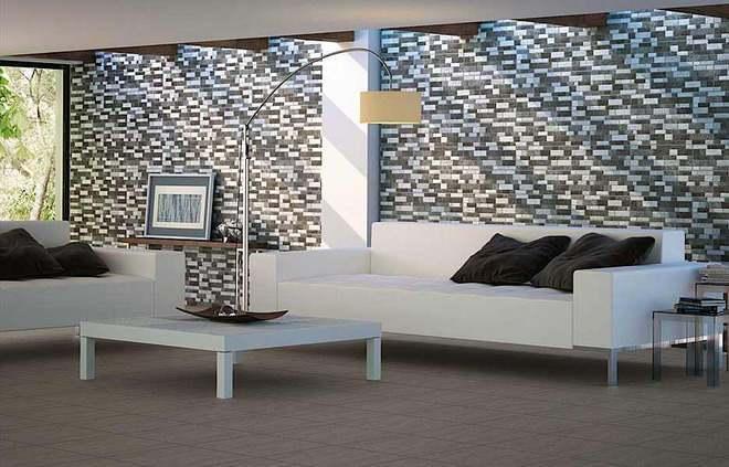 salón con sofas blancos mesa baja en el centro y pared imitación piedra con tonos claros y oscuros