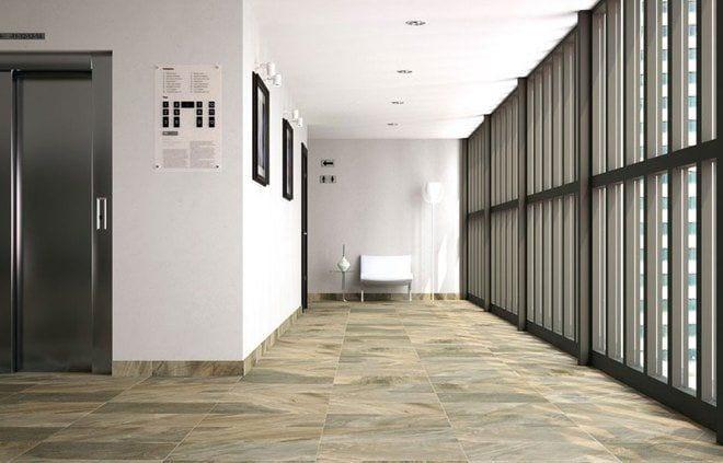 pasillo del interior de edificio al lado puerta de ascensor y ventanas de aluminio acristalada, suelos imitando a madera
