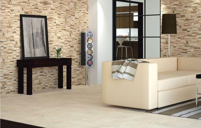 salon con pared de piedra, muebles de madera y sillón de piel color crema