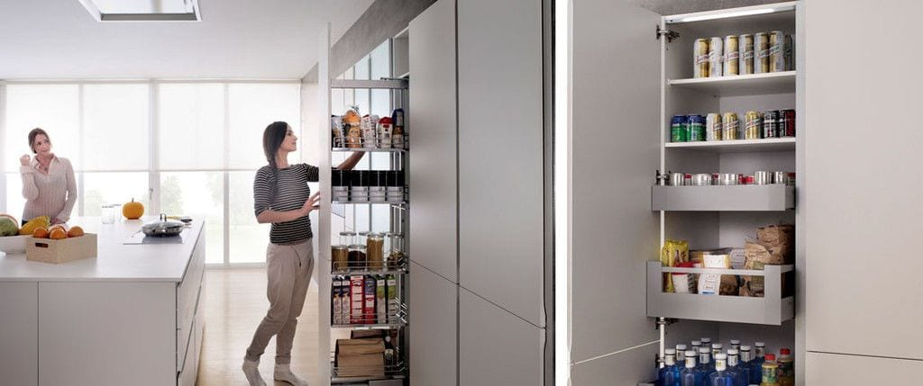 puerta abierta de armarios de cocina y mujer cogiendo algo del armario