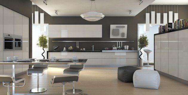 cocina moderna con muebles blancos sillas muy modernas de tonos grises y lampara de forma circular