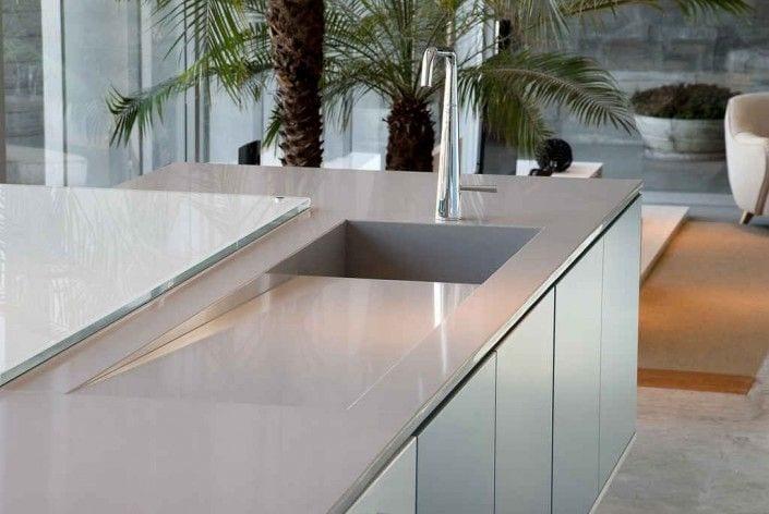 encimera de cocina con fregadero integrado de silestone - al fondo decorado con palmeras