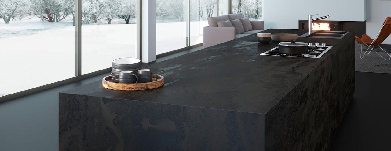 cocina con material dekton en la encimera de color negro