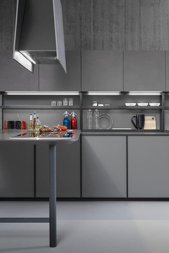 vista frontal de una cocina de color girs con encimera gris de piedra cuarcita