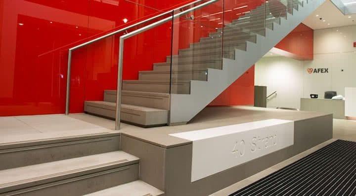 escaleras de piedra cuarcita de color arena